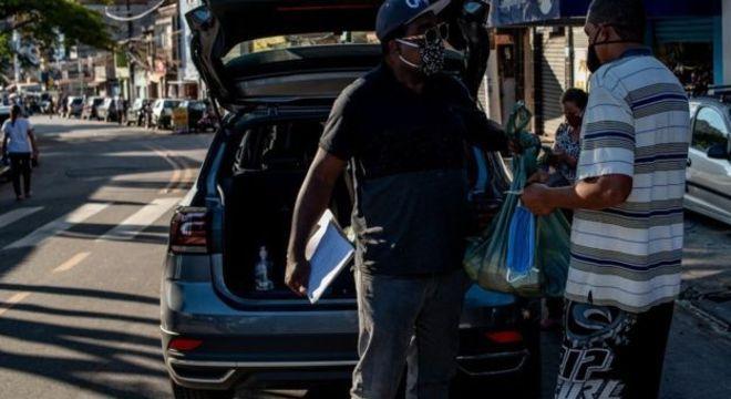 Daniel Faria, da Orpas, distribui cestas básicas e produtos de higiene pela periferia de SP