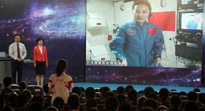 A Astronauta Wang Yaping, uma das que estiveram na estação espacial, chegou a fazer palestra para crianças de uma escola chinesa direto de Tiangong-1