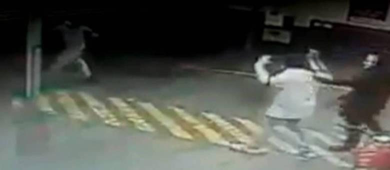 Assaltante mascarado faz homem refém durante ação de quadrilha no interior de São Paulo