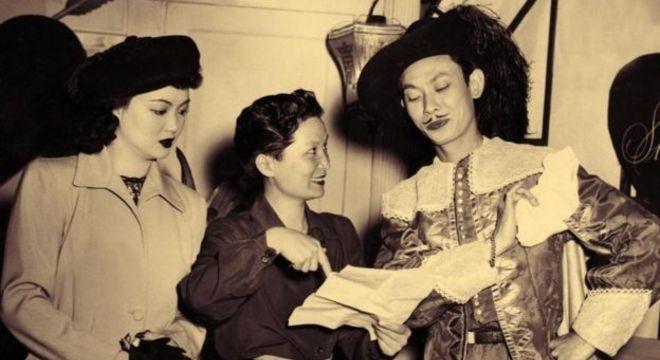 A diretora chinesa Esther Eng, a primeira do país, dirige o filme Lady From the Blue Lagoon, em 1947