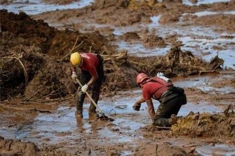 Bombeiros que atuam no resgate tomam remédio para minimizar riscos do contato com lama e sofrem com efeitos colaterais