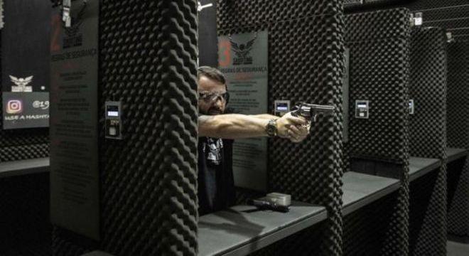 A quantidade de armas vendidas no comércio legal entre 2004 e 2017 já supera o número de unidades entregues voluntariamente por meio da campanha do desarmamento, criada em 2004