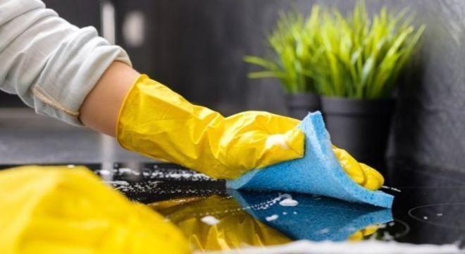 Manter o ambiente limpo pode surtir mais efeito, dependendo da situação, do que usar máscara, diz infectologista
