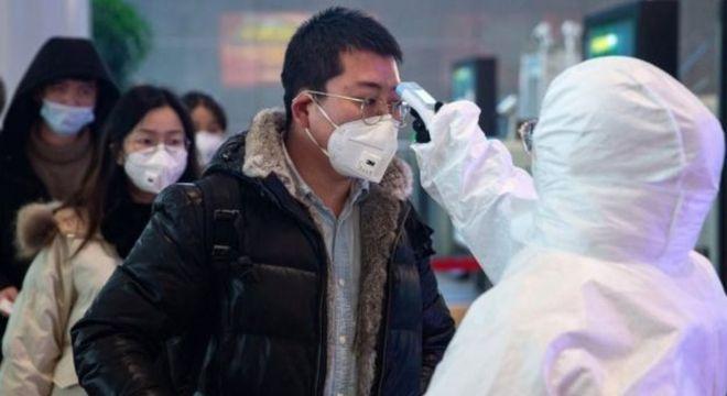 Máscaras do tipo cirúrgico ajudam a proteger de respingos de espirros e tosses, mas não evitam completamente a contaminação