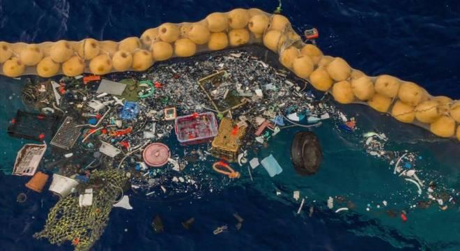 Boia foi inventada pelo holandês Boyan Slat e retém os detritos, movendo-se de acordo com as correntes do mar