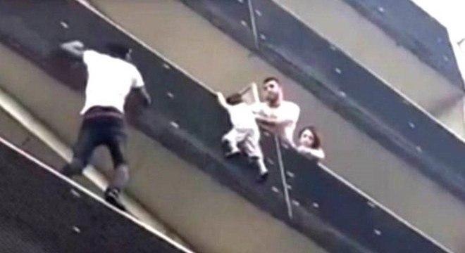 Gassama escalou prédio para salvar criança de 4 anos