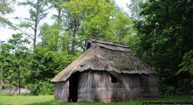 Os Ainu construíram suas casas ao longo dos rios ou à beira-mar, onde a água era abundante e a salvo de desastres naturais