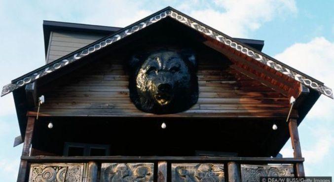 Os Ainu cultuam o urso como um animal sagrado, incorporando-o em sua arquitetura e tradições