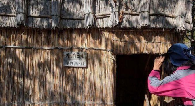 Os visitantes podem ir ao Sapporo Pirka Kotan para conhecer o artesanato Ainu, assistir a danças típicas e imaginar como era a vida Ainu antigamente