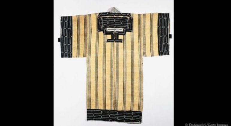 As roupas tradicionais Ainu eram feitas com pele de animal ou de peixe, ou tecidas com casca de árvore ou fibras de urtiga