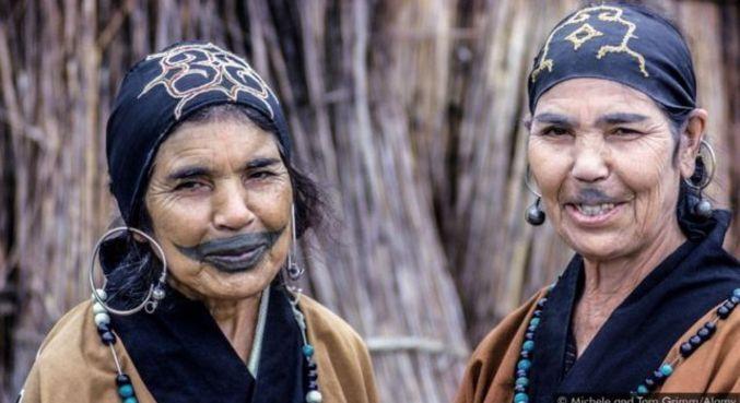 Os Ainu foram incorporados pela sociedade japonesa, e suas tatuagens tradicionais e outros costumes foram banidos