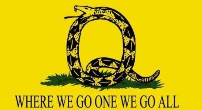 """""""Para onde vamos, vamos todos"""", frequentemente abreviado como """"WWG1WGA!"""" (em inglês) é um dos slogans mais populares do QAnon"""