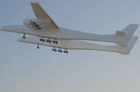 Avião atingiu velocidades de 274 km/h e altitude de 4.572 m