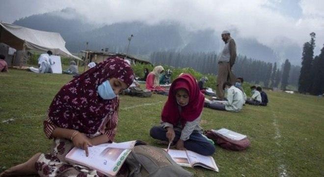 Mundo inteiro discute a retomada das aulas presenciais; acima, escola ao ar livre na Caxemira