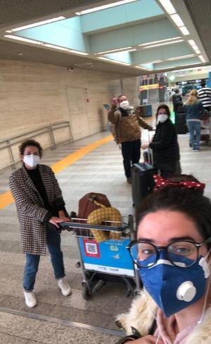 Em Frankfurt, Beatriz e três dos brasileiros que a acompanharam no último voo