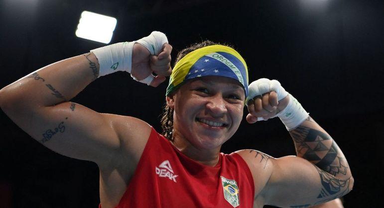 Beatriz Ferreira comemora após vitória contra Raykhona Kodirova, do Uzbequistão, nas quartas