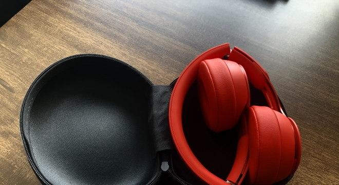 Beats Solo Pro dobrado e desligado