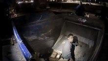 Bêbado é resgatado após ficar preso dentro de caminhão de lixo