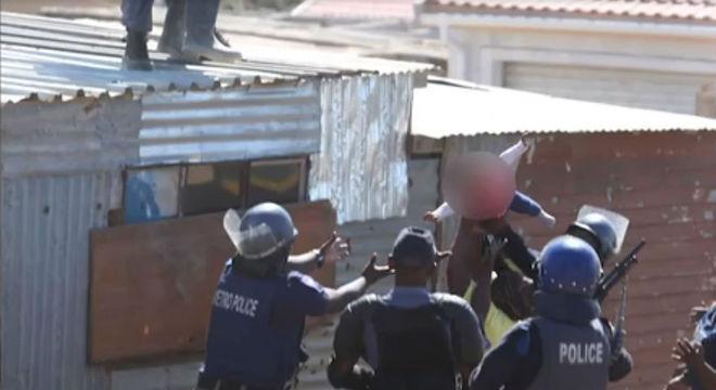 Policiais em solo resgatam a bebê