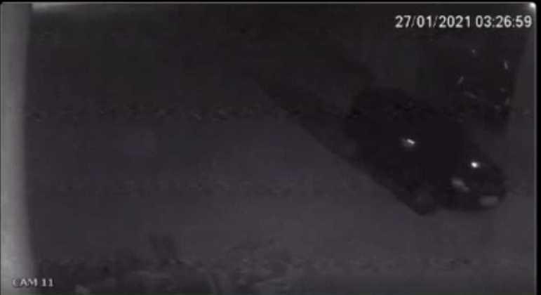 Vídeo flagrou carro na rua em que a bebê foi abandonada em Salinas (MG)