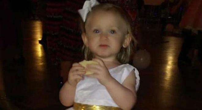 Bebê de dois anos que foi esquecida no carro quente pela babá