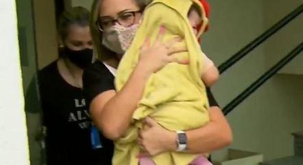 Bebê é retirada da delegacia por conselheira tutelar