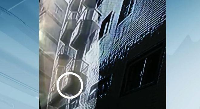 Câmera flagrou quando o saco com o bebê foi jogado da janela do banheiro