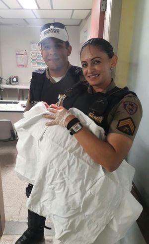 Sargento Gisele, ao lado do soldado Peixoto, com bebê Heloá nas mãos