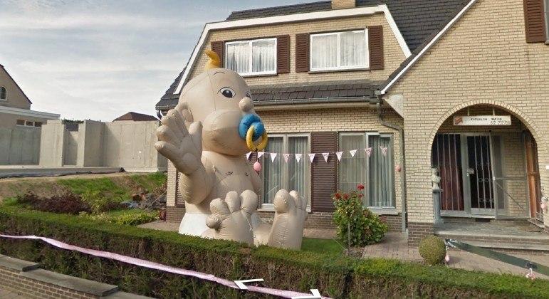 Bebê inflável gigante foi descoberto por meio do Google Street View