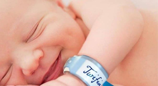 Bebê recém-nascido recebe nome de empresa de internet e terá Wi-Fi grátis por 18 anos