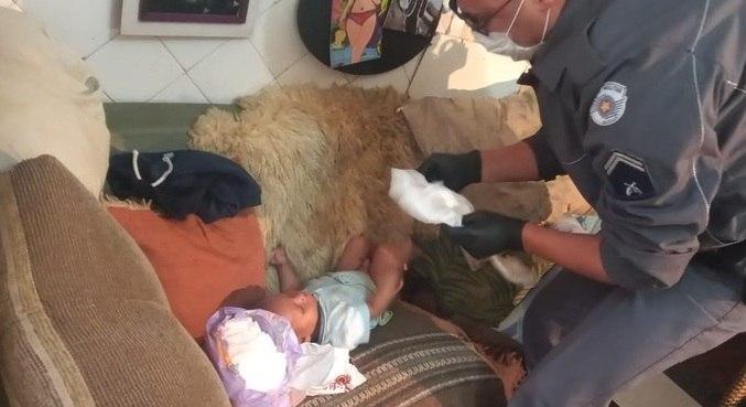 Bebê foi encontrado em um local insalubre, segundo os policiais