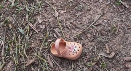 Sapato da criança foi encontrado na beira do rio