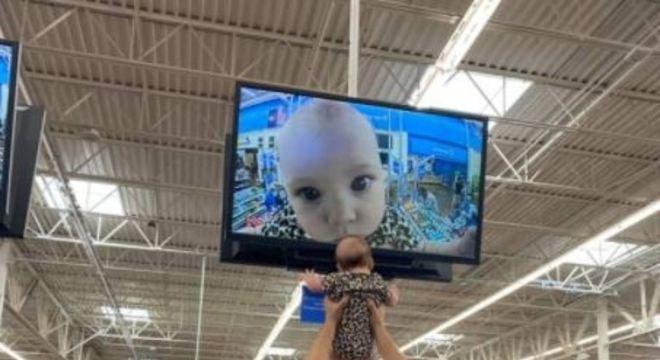 Foto do jovem com o rosto em destaque no monitor viralizou na internet