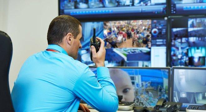 Montagem de como o segurança do local iria ver os monitores da sala de câmeras