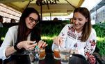 O drink conhecido como Moderna é feito comwhisky Bourbon, enquanto a Pfzer é feita comJagermeister