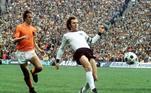 Franz Beckenbauer era um jogador técnico, que podia atuar como zagueiro, líbero, volante e meia. Ele foi o destaque do Bayern de Munique nos anos 60 e 70, ajudando a ampliar a dimensão do clube alemão. Na seleção, foi campeão mundial e capitão da equipe campeã na Copa de 1974. Ironicamente, sua versatilidade até contrastava com o então rígido futebol alemão e ele se encaixaria muito bem no dinâmico sistema da Holanda, adversário da final