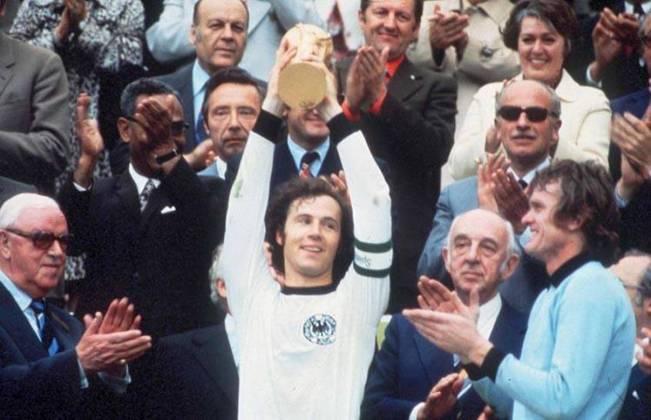 Beckenbauer também atuou no Maracanã, mas não deve ter boas recordações. Em 1968, Brasil e Alemanha se enfrentaram no estádio, empatando em 2 a 2. Uma das cenas mais marcantes da partida foi o drible de Pelé que deixou o zagueiro alemão no chão.