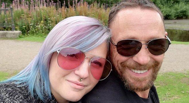 Becky e Joe ficaram noivos no ano passado e estão planejando se casar em julho