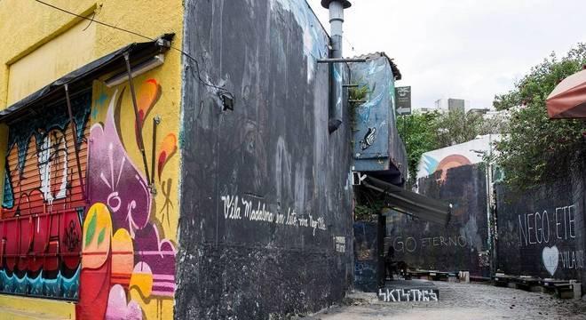 Beco do Batman, recoberto por grafites coloridos, na zona oeste de SP, amanheceu pintado de preto