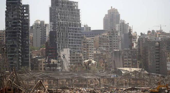 Vista da área portuária de Beirute, destruída por megaexplosão