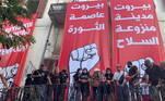 Manifestantes tomam prédio do Ministério das Relações Exteriores, em Beirute, cobrando o governo por megaexplosão; polícia responde com bombas de gás lacrimogêneo