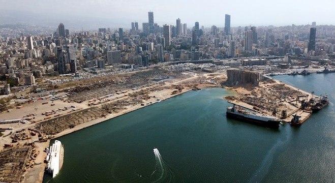 Vista aérea do porto de Beirute destruído após megaexplosão