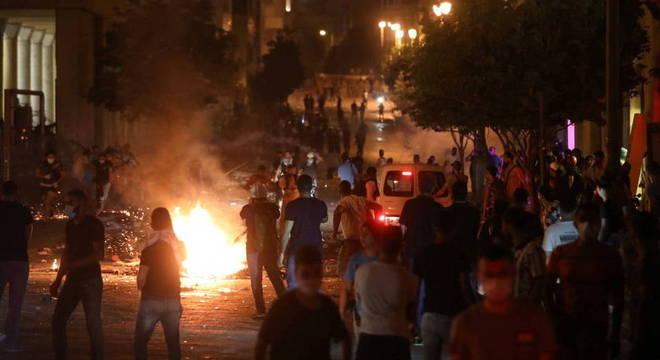 Madrugada foi de protestos em Beirute: indignação com explosão no porto