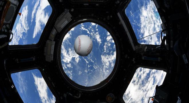 Astronautas abordo da ISS realizam uma partida de beisebol