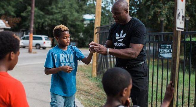 CJ cresceu em bairro periférico de Atlanta e sabe quais as dificuldades que os jovens tem por lá