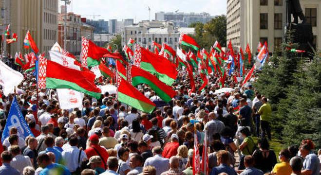 Manifestantes pró Lukashenko se reuniram em Minsk, próximos a Casa do Governo