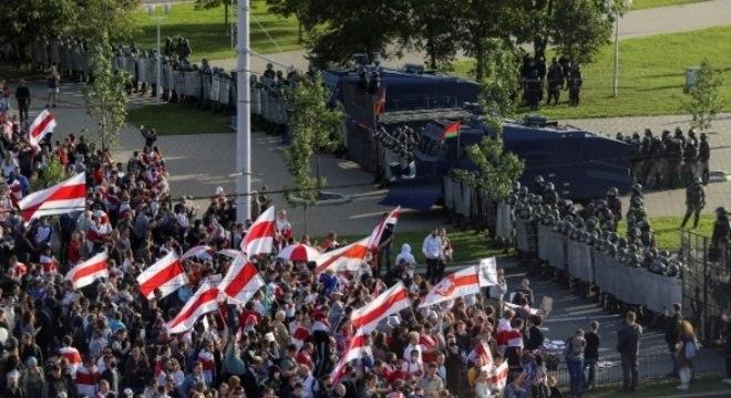 Praça em Minsk onde aconteceu protesto foi cercada pela polícia