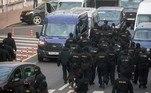 Em outras partes de Minsk, policiais com máscaras e vestidos de preto saíram de vans, detendo pessoas e arrastando-as, como mostraram filmagens do site de notícias Tut.by