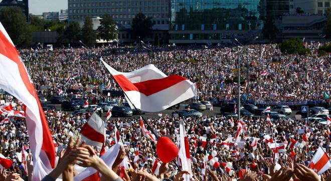 Belarus teve maior protesto da história do país no domingo (16)