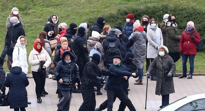Policiais encapuzados prendem manifestantes durante protesto em Minsk